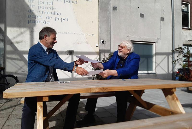 Maarten-Kersten-en-Walther-Burgering-reiken-elkaar-coronaproof